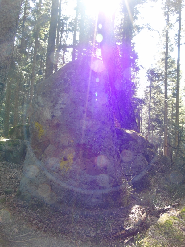 Phénomènes lumineuses superposés sur un menhir